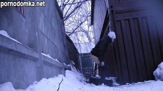 Русские девчонки писают зимой на улице
