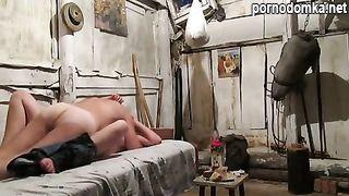 Русская ебля с бездомной шлюхой в сарае
