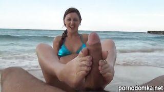 Дрочит хер ножками в песке на солнечном пляже