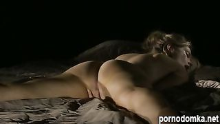 Девка дрочит пилотку лежа на животе на кровати