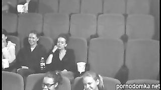 Записалось на скрытую камеру как телочка делает минет парню в кинотеатре