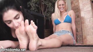 Шлюха-блондинка позволила футфетишистке вылизать свои ножки и носки