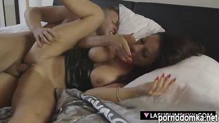 Мужик снял итальянскую проститутку и выебал её на кровати
