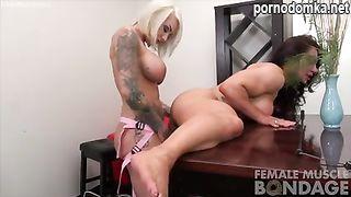 Мускулистая лесбиянка трахает страпоном свою подружку