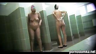 Скрытая камера снимает голых женщин моющихся в общей душевой после работы