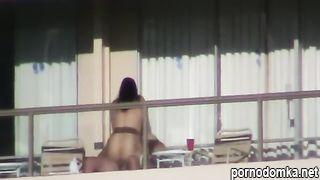 Молодожены занимаются публичной еблей на открытом балконе