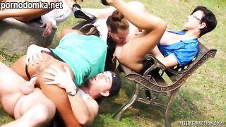 Пацан по очереди трахает группу развратных телочек на пикнике