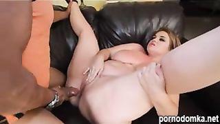Жирная девушка трахнулась с негром и получила дикий сквирт оргазм