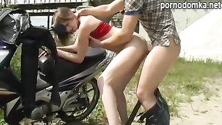 Пикапер на мотоцикле развел шлюху на еблю