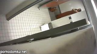 Мужик подсматривает, как брюнеточка писает в мужском туалете