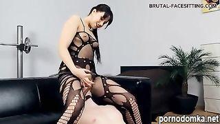 Хозяйка садится на лицо раба пилоткой и кончает ему в рот