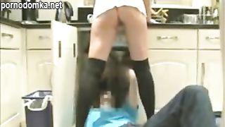 Домохозяйка без трусиков соблазняет сантехника
