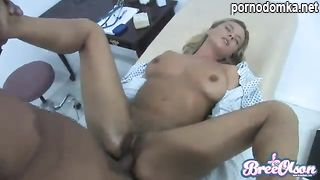 Развратный гинеколог трахает блондинку-шлюху