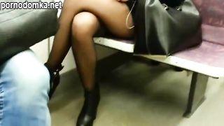 Мужик едва не кончил в метро, снимая сексуальные ножки телочки в чулках