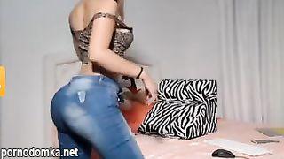 Девчонка показывает упругую задницу в джинсах по вебке