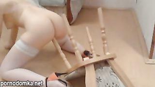 Русская телка в фате трахается раком с ножкой стула