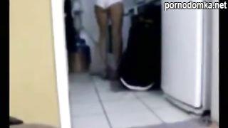 Домохозяйка совращает на еблю рабочего в туалете перед скрытой камерой
