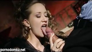 Мужик трахает молодую итальянскую жену в рот и мохнатую пилотку