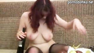 Пьяная русская телка показывает большие голые сиськи и пилотку