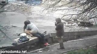 Парень и девушка трахаются на улице при подруге