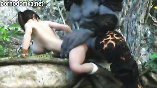 Мультяшная Лара Крофт с силиконовыми сиськами жестко выебана в лесу монстром