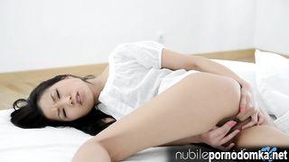 Китаяночка довела себя до струйного сквирт оргазма пальцами