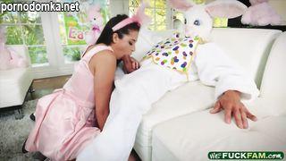 Молодая телочка трахается с пасхальным кроликом при родителях