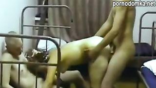 Русские солдаты ебут шлюху в казарме