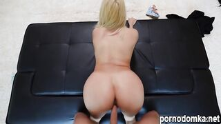 Длинноногая блондинка показывает красивое тело и ебется с мужиком на кастинге